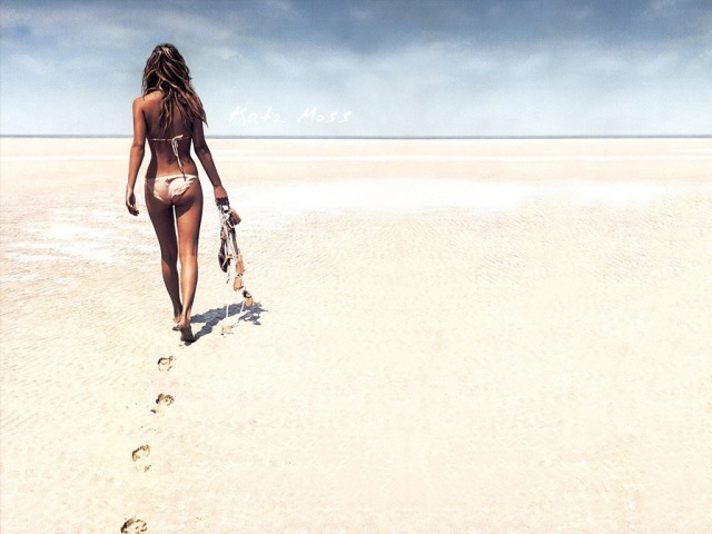 kate-moss-walk-on-beach.jpg